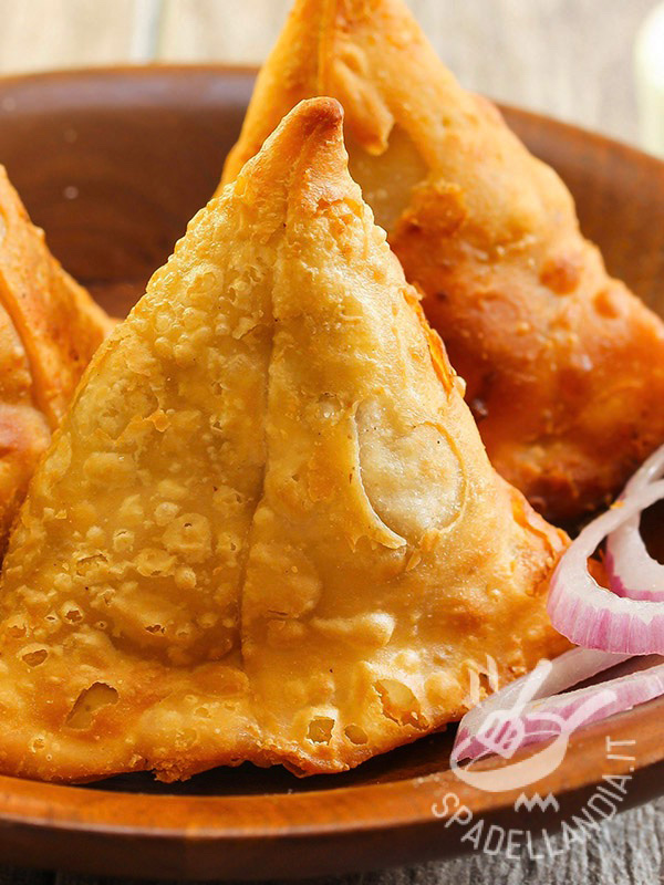 Samosa con pollo al curry