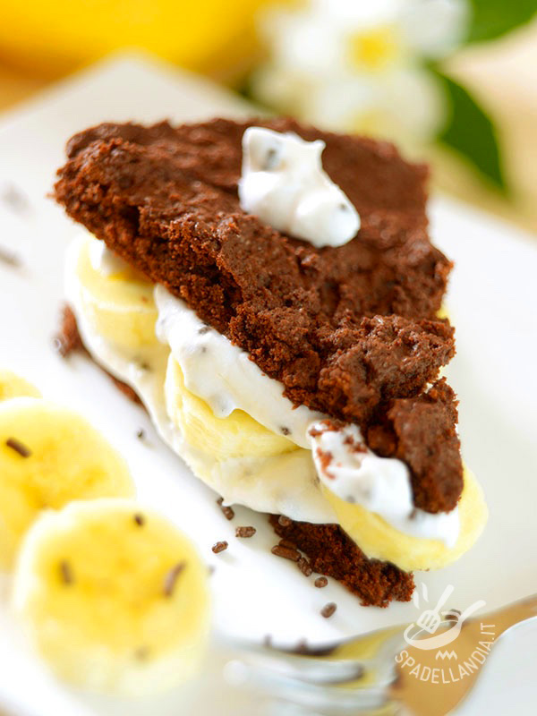 Chocolate cake, bananas and cream
