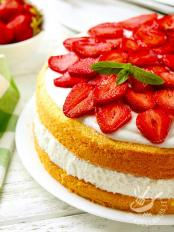 Torta farcita con yogurt light e fragole